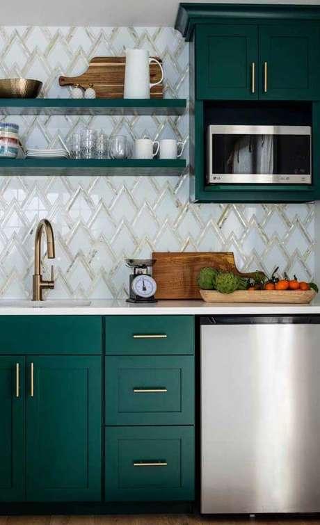 73. Armário de cozinha planejado e verde – Via: Decor Fácil