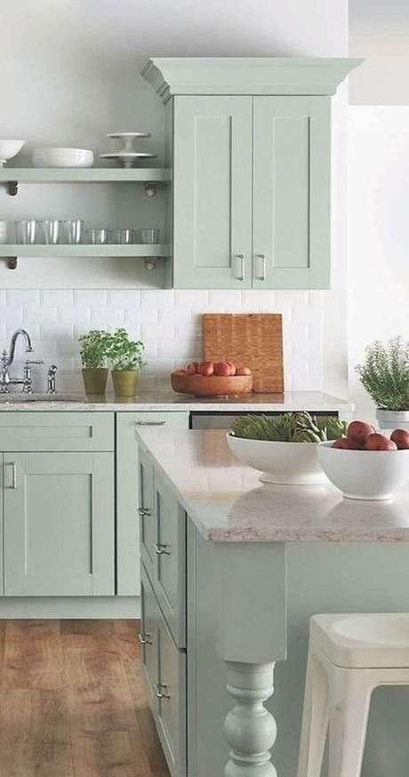 75. Armário de cozinha planejada em tons de verde – Via: Casa Vogue