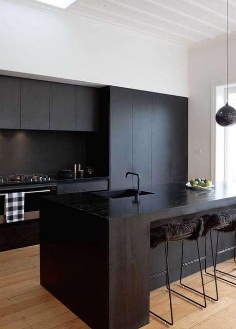12. Armário de cozinha preta e moderna – Via: Ideias Decor
