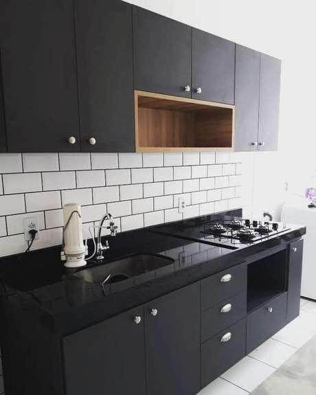 76. Armário de cozinha preto – Via: Dicas Decor