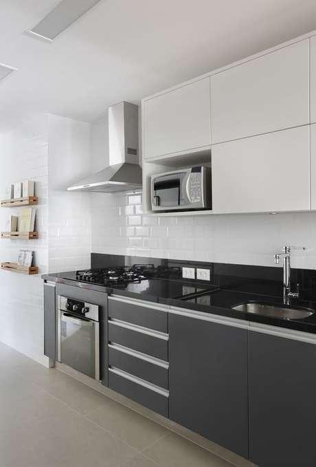 77. Armário de cozinha preto e branco – Foto: Casa de Valentina