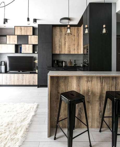 79. Armário de cozinha preto e madeira – Via: Interior zine