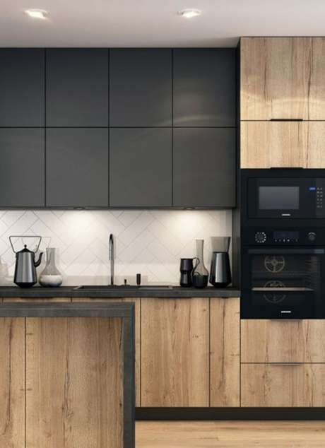 80. Armário de cozinha preto e madeira – Via: Rodrigo Costa