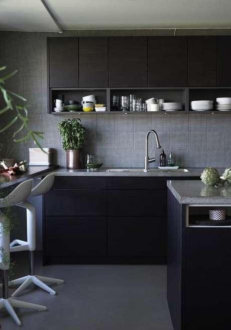 83. Cozinha preta e moderna – Via: Ideias Decor