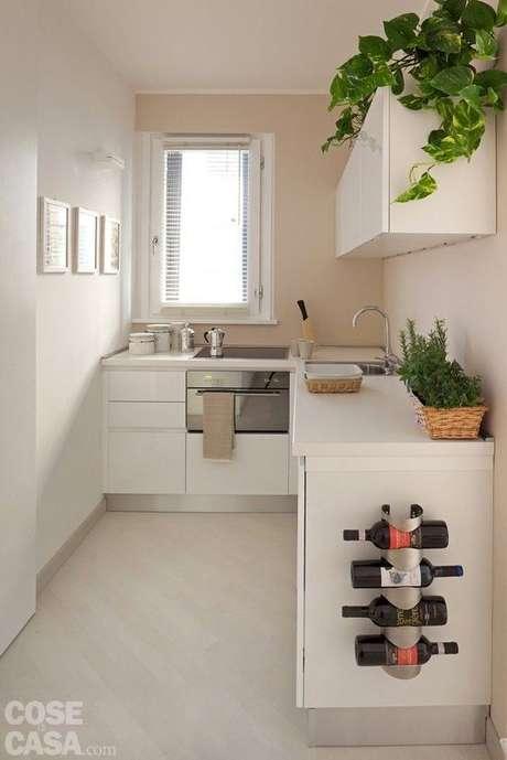 11. Armário de cozinha branco, decorado com plantas – Via: Casa