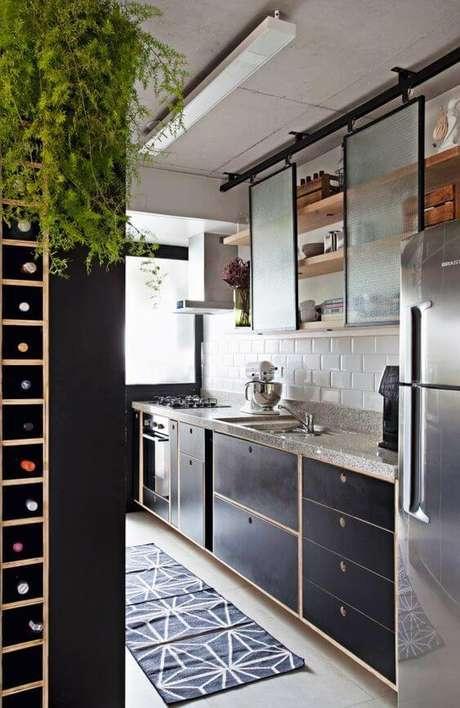 86. Decoração com armário de cozinha e adega prática – Via: Revista VD