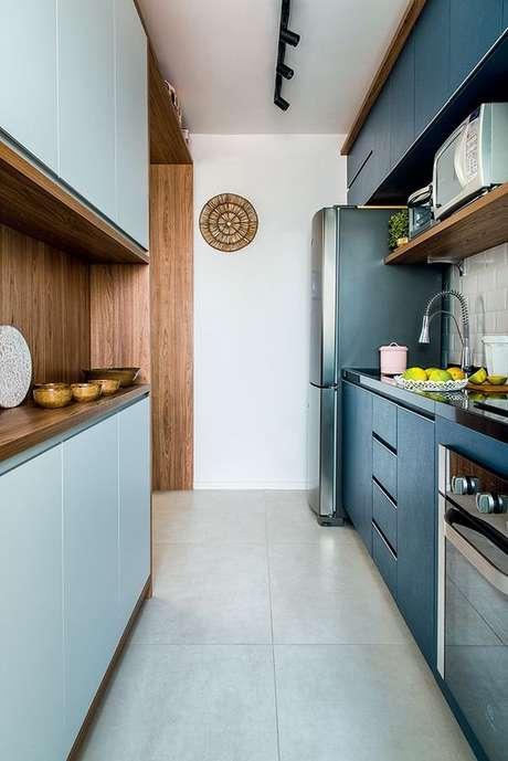 10. Decoração de armário de cozinha para ambiente com marcenaria azul e iluminação moderna – Via: Revista VD
