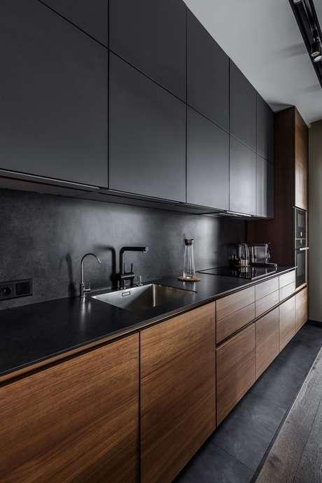 87. Cozinha de madeira e armários preto – Via: Revista VD