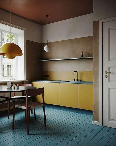 90. Cozinha retrô com armário e lustre amarelo – Via: Revista VD