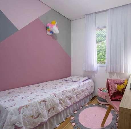 12. Quarto delicado com tapete rosa e cinza de crochê. Fonte: Pinterest