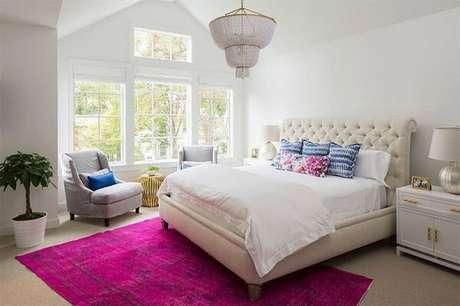 11. Tapete rosa para quarto de casal em tom pink se destaca na decoração. Fonte: Limão na Água