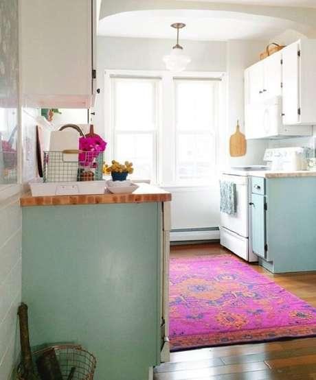 20. A cozinha ganhou um toque especial com a presença do tapete rosa. Fonte: Revista Glamour