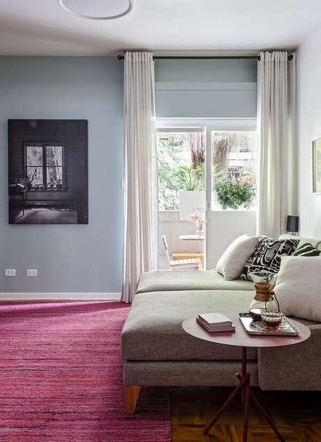 15. O tapete rosa se destaca na decoração da sala de TV. Fonte: História de Casa