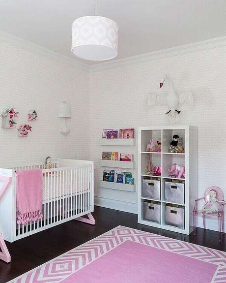 22. Mescle tonalidade incluindo um tapete rosa e branco no quarto de bebê. Fonte: Pinterest