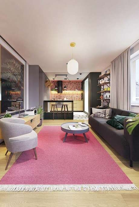 23. O tapete rosa trouxe alegria para a sala de estar. Fonte: Pinterest