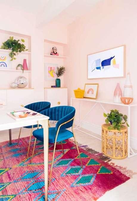 25. Decoração jovial com tapete rosa estampado. Fonte: Pinterest