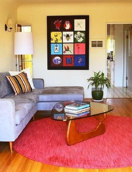 10. Modelo de tapete redondo rosa delimita a área da sala de estar. Fonte: Pinterest