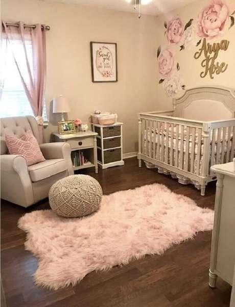 14. Quarto de bebê com tapete rosa bebê peludo. Fonte: Pinterest