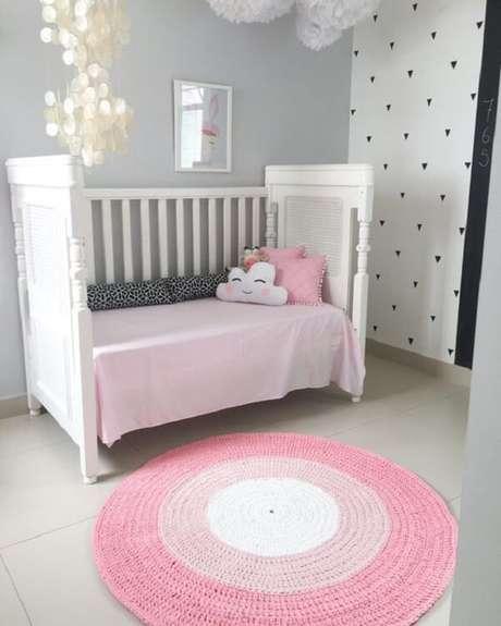 16. Quarto de bebê clean com tapete rosa redondo. Fonte: Pinterest