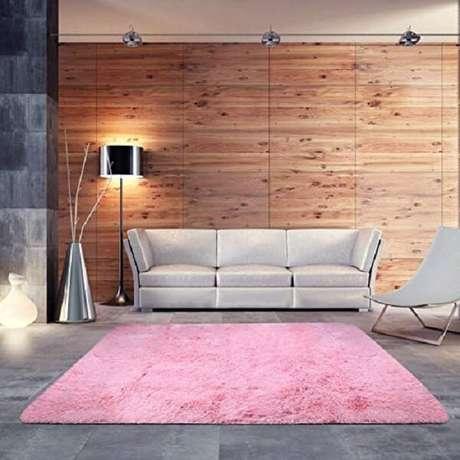 17. O tapete rosa chama a atenção no cômodo. Fonte: Pinterest