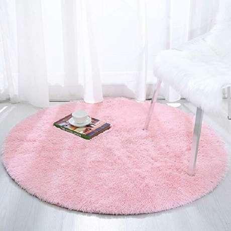 18. Modelo de tapete rosa redondo peludo. Fonte: Pinterest