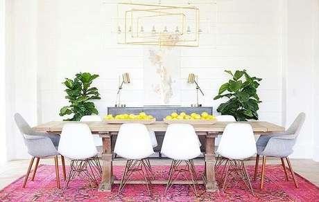 19. O tapete rosa da sala de jantar delimita o espaço das refeições. Fonte: Pinterest