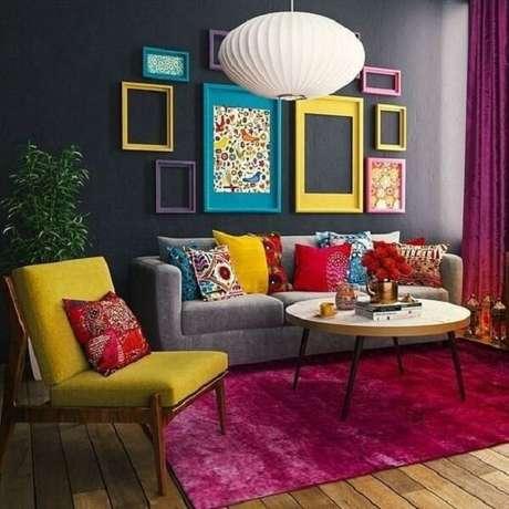 26. Além do tapete rosa utilize almofadas coloridas para alegram o ambiente. Fonte: Pinterest