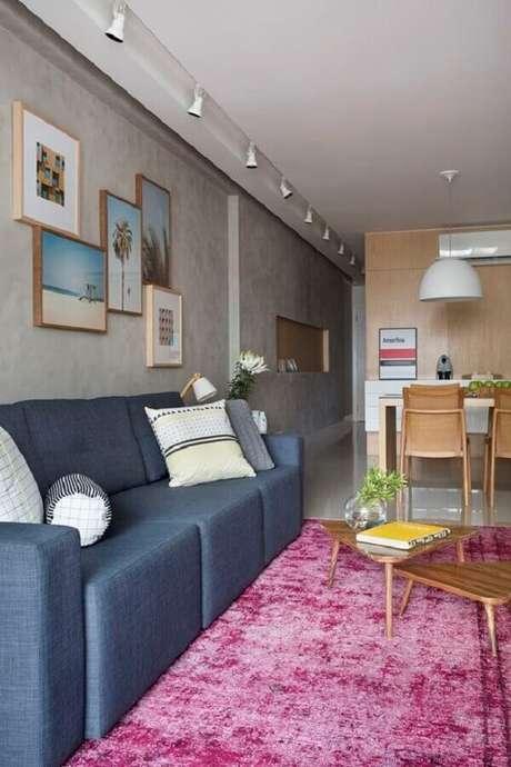 27. Apartamento jovem e atemporal com tapete rosa na sala. Fonte: Pinterest