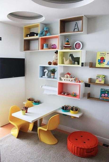 16. Brinquedoteca colorida com nichos e mesinha de atividades – Via: Pinterest