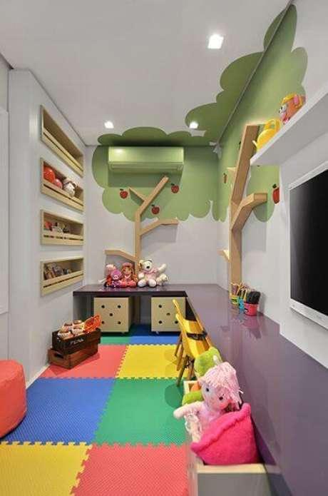 24. Brinquedoteca pequena colorida com tapete emborrachado – Foto: Muito Chique