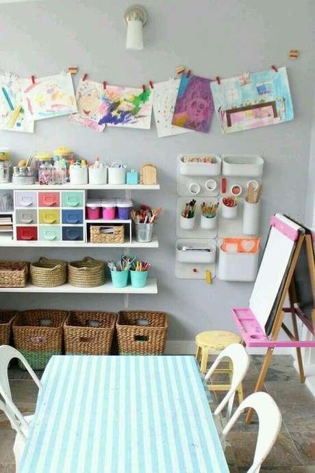 8. Brinquedoteca colorida com itens para pintura – Foto: Original Home