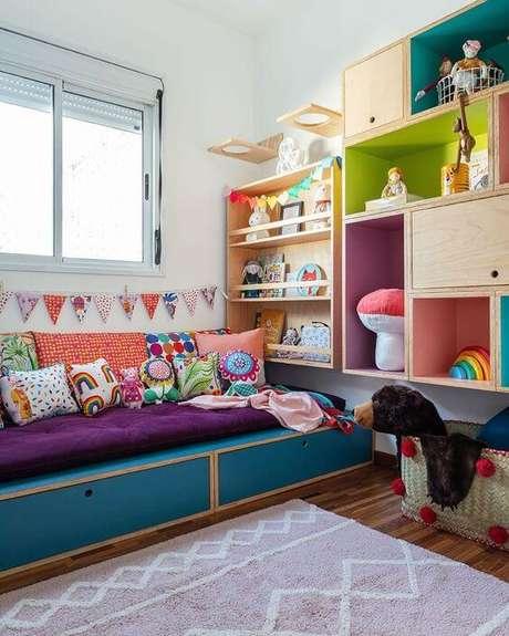 1. Brinquedoteca colorida e confortável no quarto – Via: Pinterest