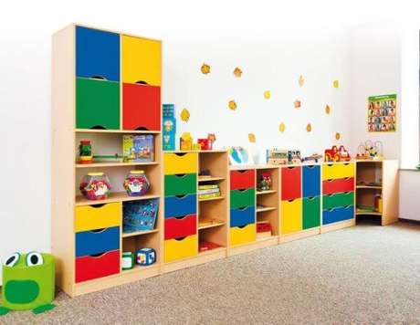 28. Faça uma estante colorida no quarto infantil – Via: Pinterest
