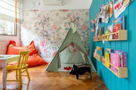 11. Brinquedoteca colorida com estante de livros – Projeto: Carolescada