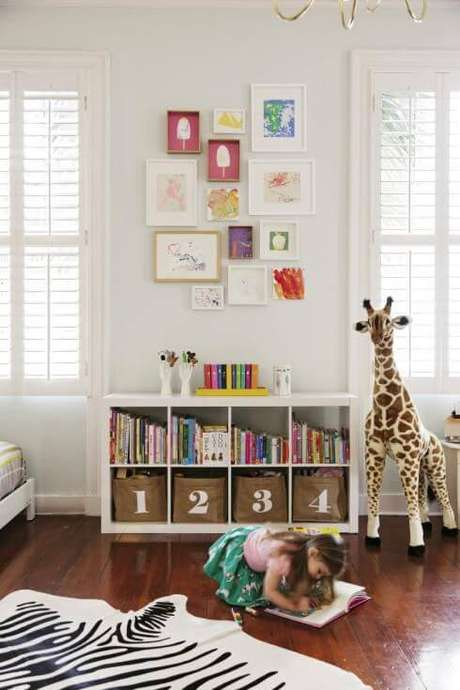 3. Brinquedoteca organizada com estante enumerada – Via: Pinterest