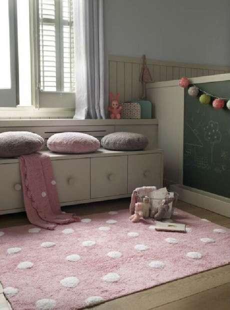 30. Quarto infantil com tapete rosa e branco. Fonte: Pinterest