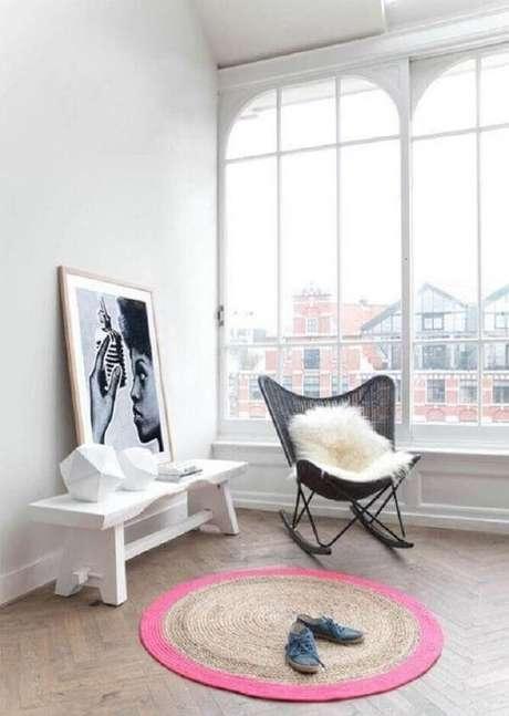 32. Decoração minimalista com tapete redondo. Fonte: Flinders