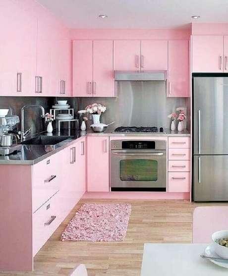 33. Decoração romântica para cozinha planejada com tapete rosa. Fonte: Pinterest