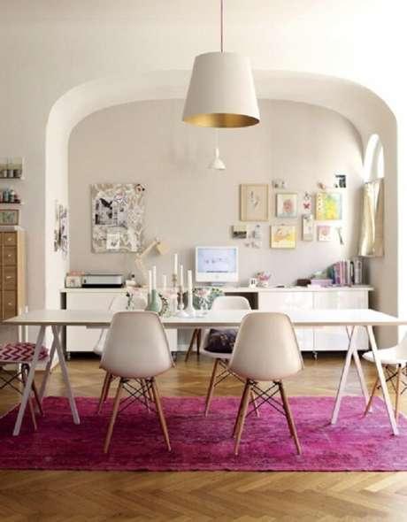 34. O tapete rosa pink delimita a sala de jantar da casa. Fonte: Pinterest