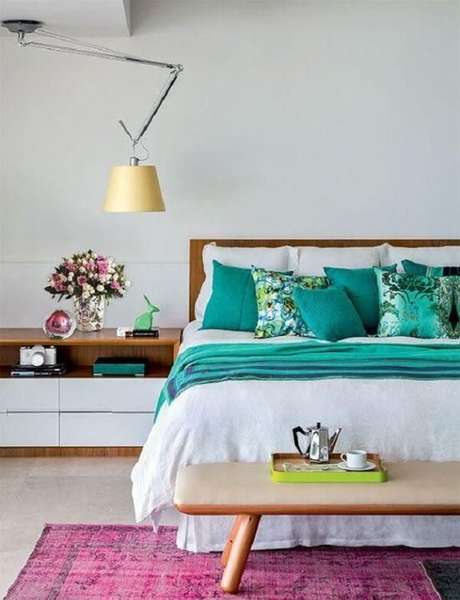 36. O tapete rosa no quarto pode ficar em parte debaixo da cama. Fonte Casa Cláudia