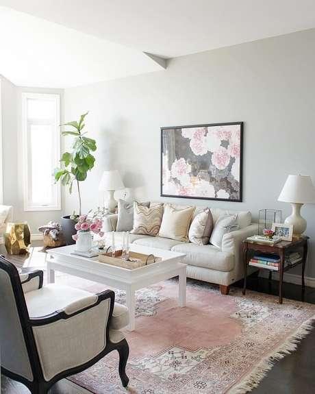 6. O tapete rosa bebê estampado traz delicadeza para a decoração da sala. Fonte: Pinterest