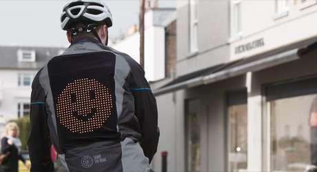 A jaqueta traz um painel nas costas com três tipos de emojis.