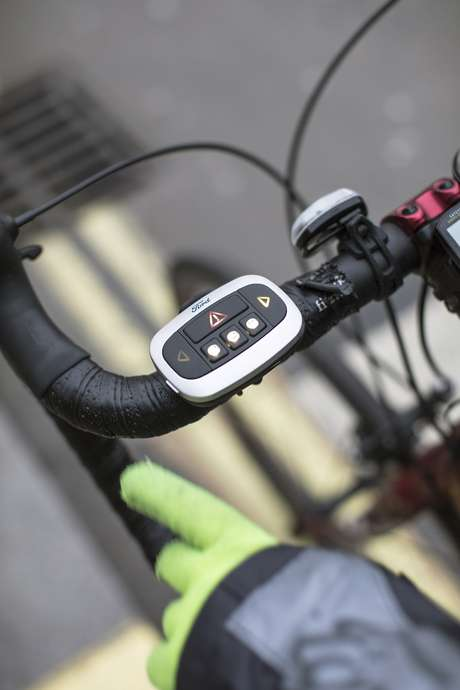O ciclista escolhe no guidão da bike o que pretende dizer.
