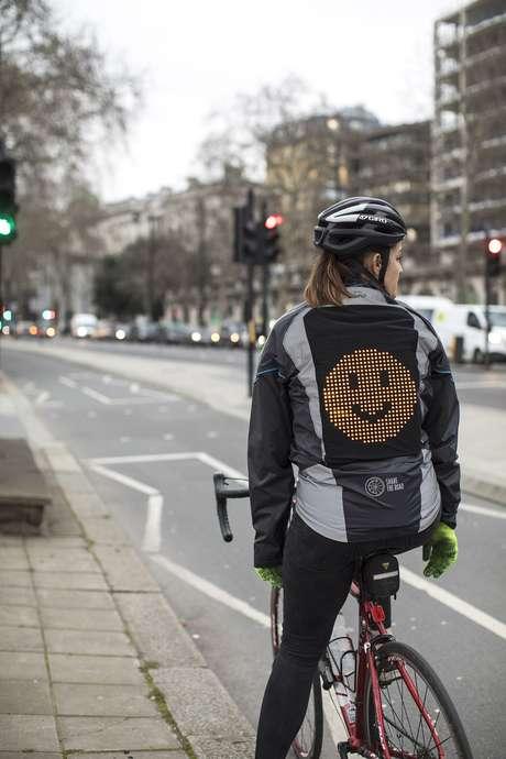 Para a Ford, a jaqueta emoji vai reduzir o estresse no trânsito urbano.