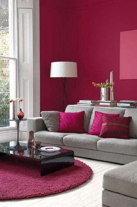 38. O tapete rosa pink redondo se harmoniza com as almofadas e paredes do ambiente. Fonte: Pinterest