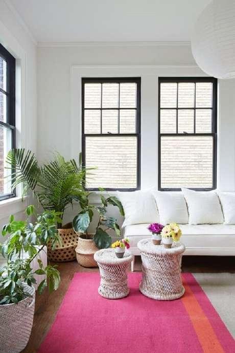 39. O tapete rosa se destaca no ambiente com sofá branco. Fonte: House Beautiful