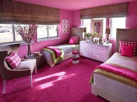 5. Quarto compartilhado alegre com parede e carpete rosa. Fonte: Ideias para Decorar
