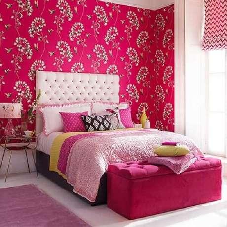 41. Quarto de casal com papel de parede estampado e passadeira rosa. Fonte: Pinterest