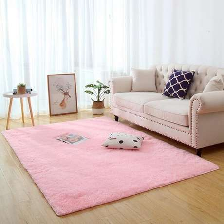 42. O tapete peludo rosa trouxe aconchego para a sala de estar. Fonte: Dhgate