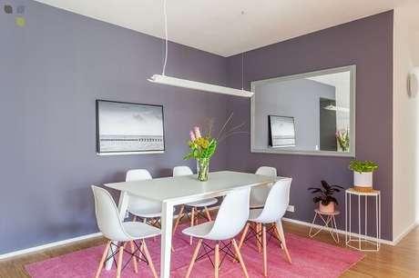 3. Tapete rosa para sala de jantar com parede lilás. Fonte: Carol Tasiro